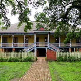 Small Group Tour of Oak Alley & Laura Plantation with Transportation from New Orleans