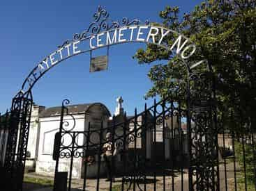 Gardens & Graveyards - Garden District & Cemetery Walking Tour