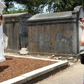 Gardens & Graveyards - Garden District & Cemetery Walking Tour with Spectral City Tours